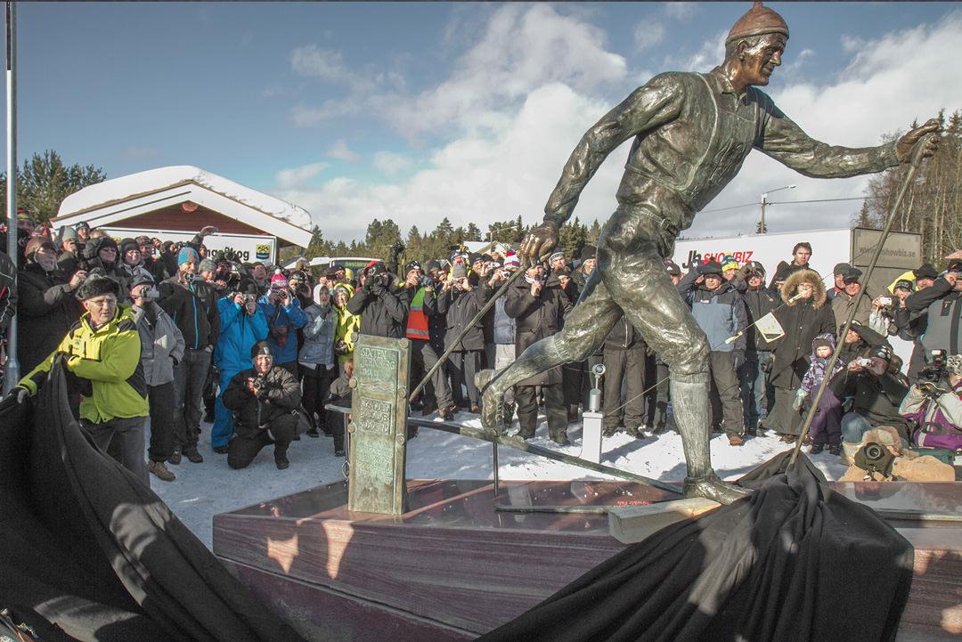 Sixten Jernberg avtäcker sin staty i Limedsforsen.